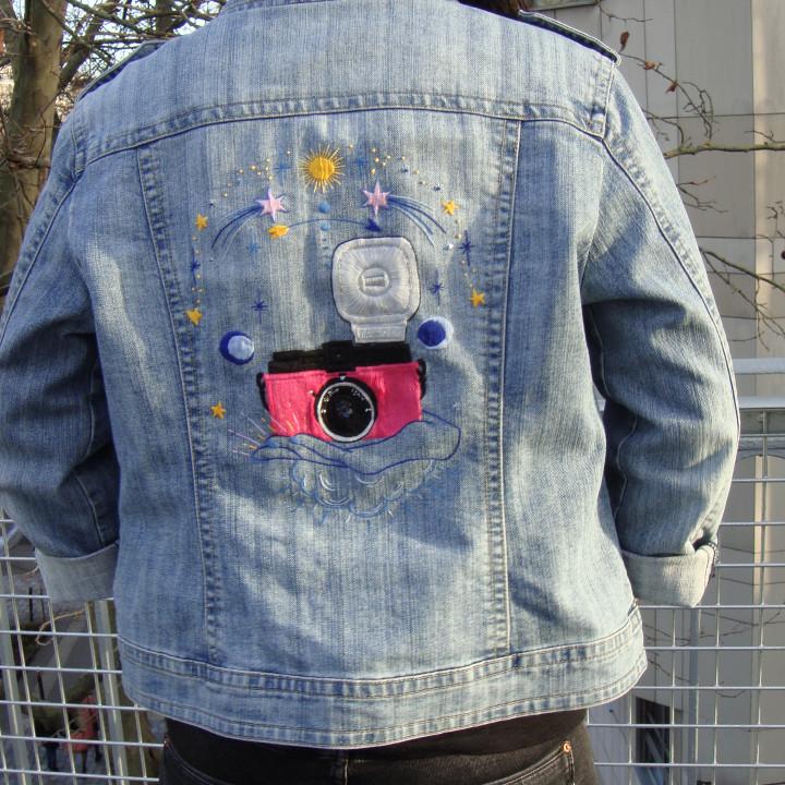 Veste brodée main Diana F+, appareil photo, Lomography, étoiles, veste en jean. Pièce Unique et recyclée.