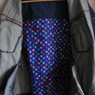 Veste Koï et lotus, veste en jean brodée main. Pièce Unique et recyclée. Veste homme. Pièce unique.