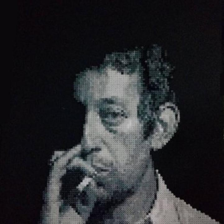 Un portrait noir et blanc du grand Serge