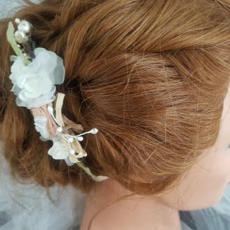 Peigne pour mariée au thème romantique, tons blanc cassé, rose poudré, vert et touche de marron