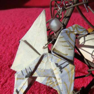 Boucles d'oreilles Pégases gris et dorés en origami et perles d'Aigue-marine.