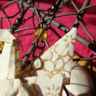 Boucles d'oreilles Pégases blancs et dorés en origami et perles de verre craquelé dorées