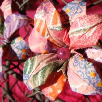 Boucles d'oreilles Fleurs Roses multicolores en origami et perles magiques roses.
