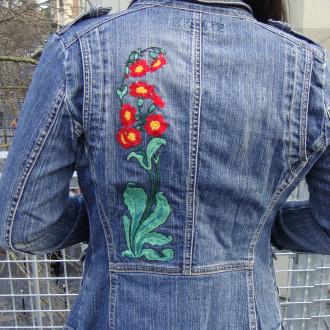 Veste fleurie art nouveau brodée main, oeillets, coquelicots, veste en jean. Pièce Unique et recyclée.
