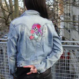 Veste rockeuse brodée main, crâne, skull, perfecto en jean. Pièce Unique. Noel