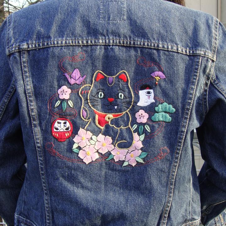 Veste brodée main Maneki-Neko, porte-bonheur japonais, veste en jean. Pièce Unique et recyclée.